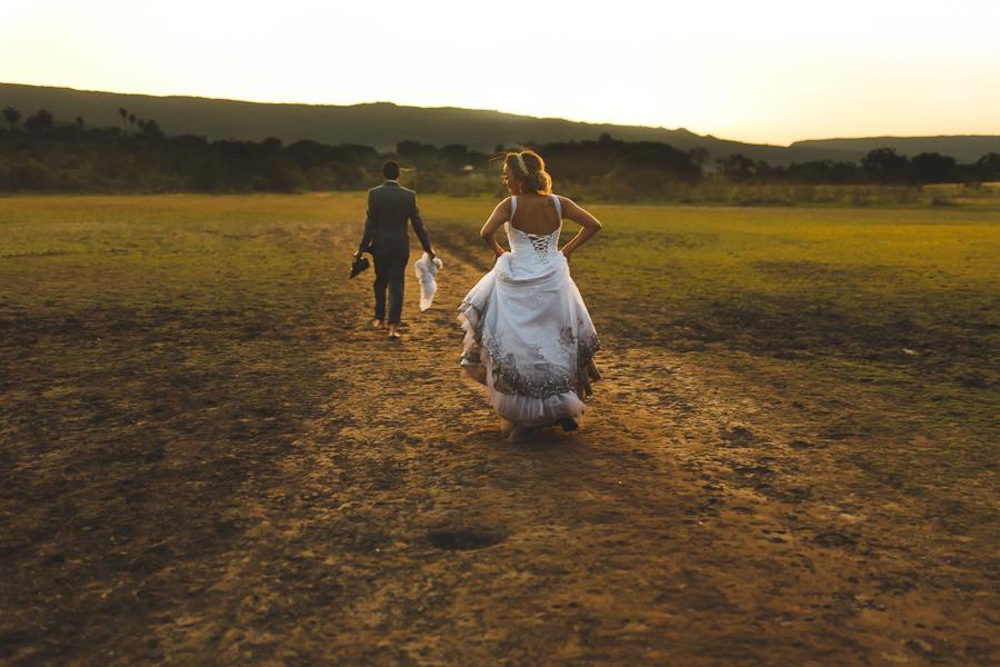 casal josiane e warley depois do trash the dress o vestido da noiva todo sujo de barro ,  lapinha da serra MG