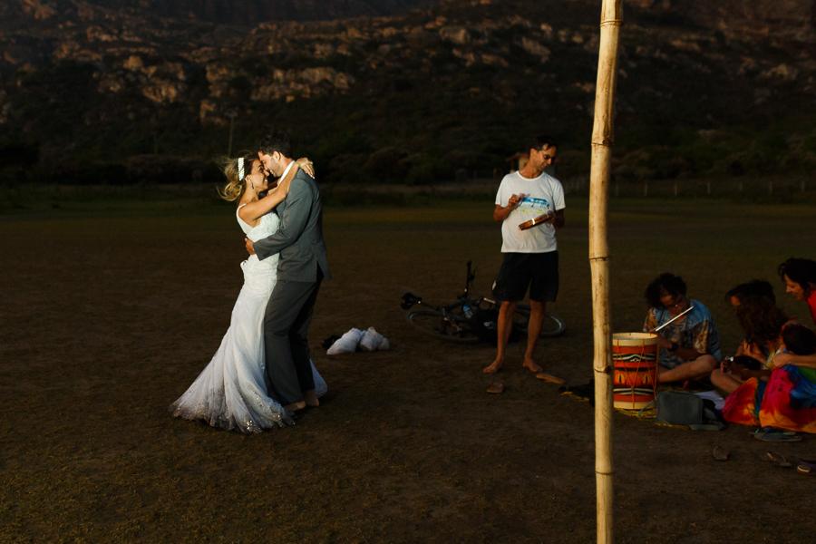 casal josiane e warley dancando com as musicas de um grupo que tocava no local,  lapinha da serra MG