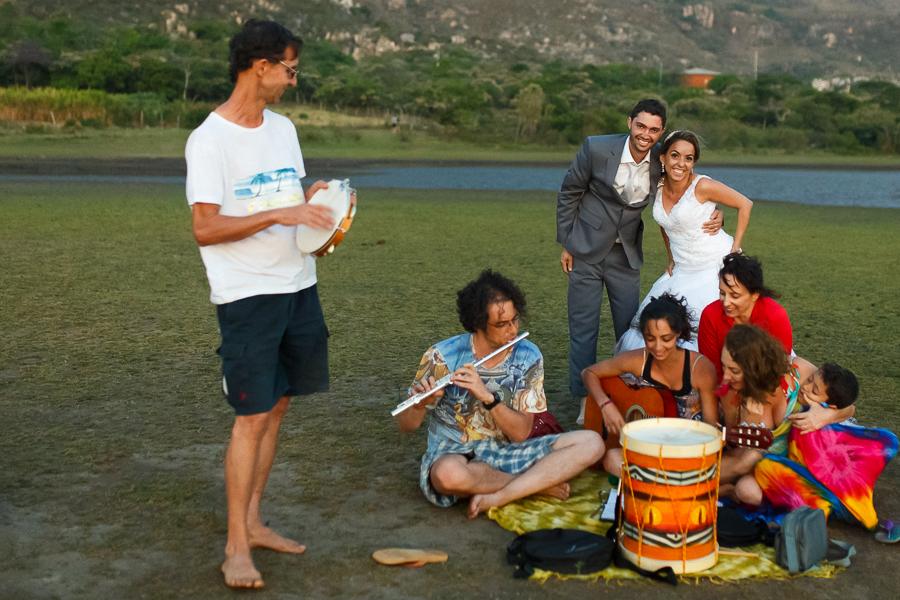 casal josiane e warley posando com um grupo de musicos locais,  lapinha da serra MG