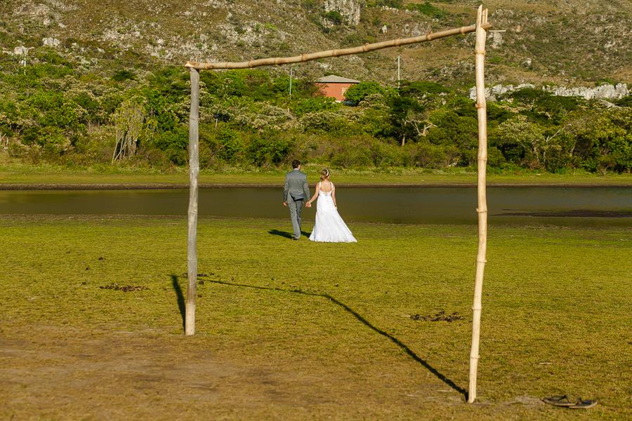 casal josiane e warley entre as traves ao lado do lago em lapinha da serra MG