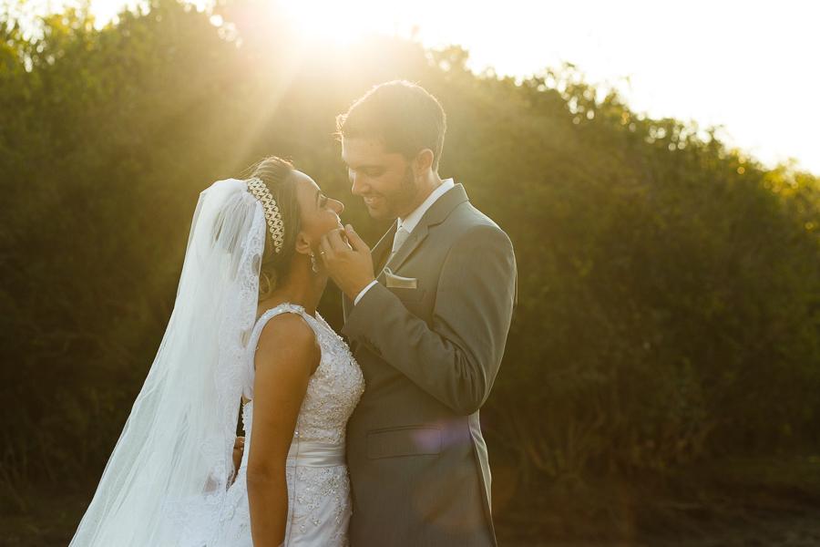casal josiane e warley noivo fazendo carinho no rosto da noiva, lapinha da serra MG