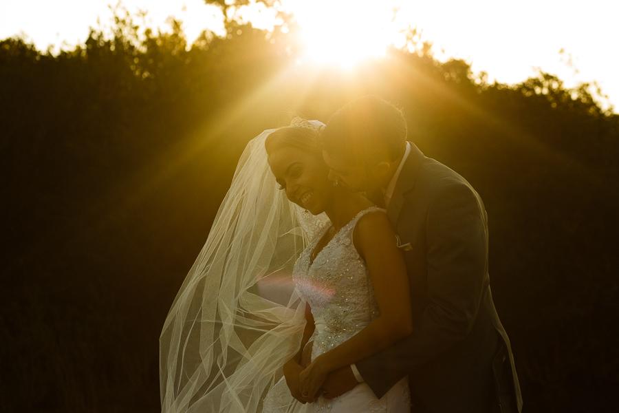 casal josiane e warley noivo abraçados e sorrindo ao por do sol,  lapinha da serra MG