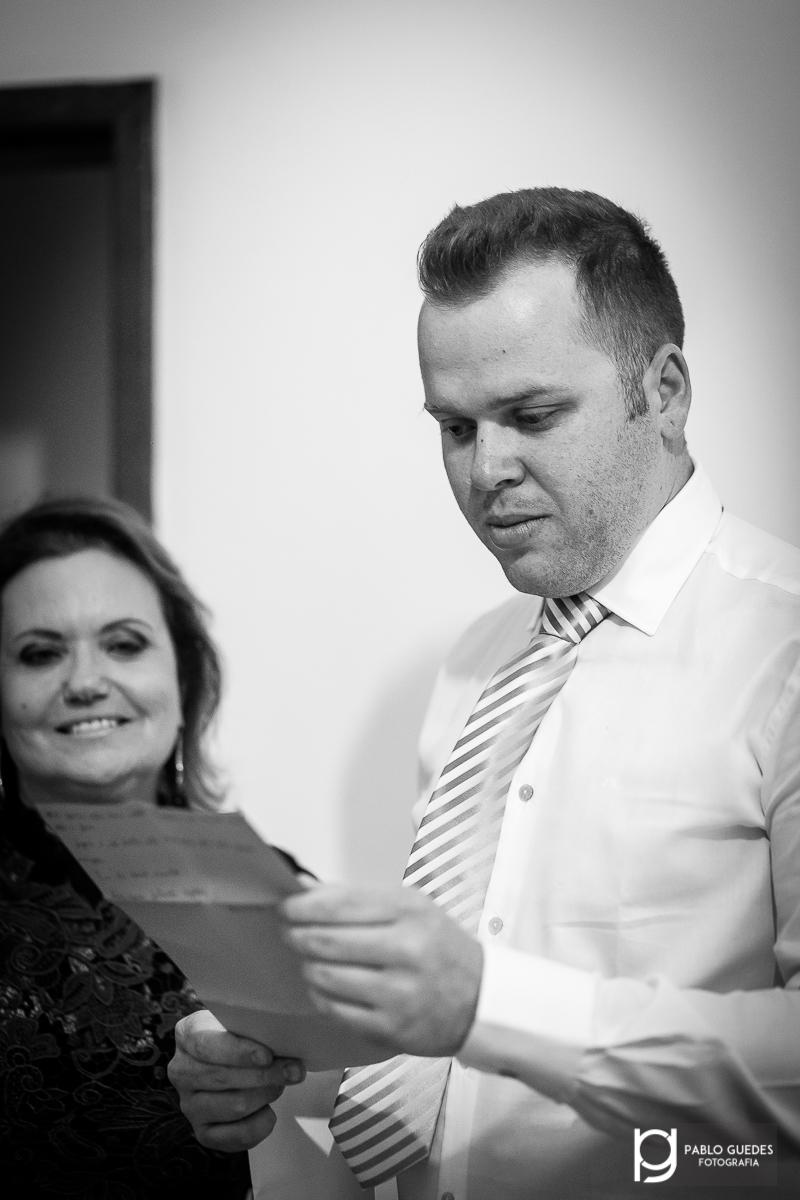 noivo lendo carta da noiva antes do casamento
