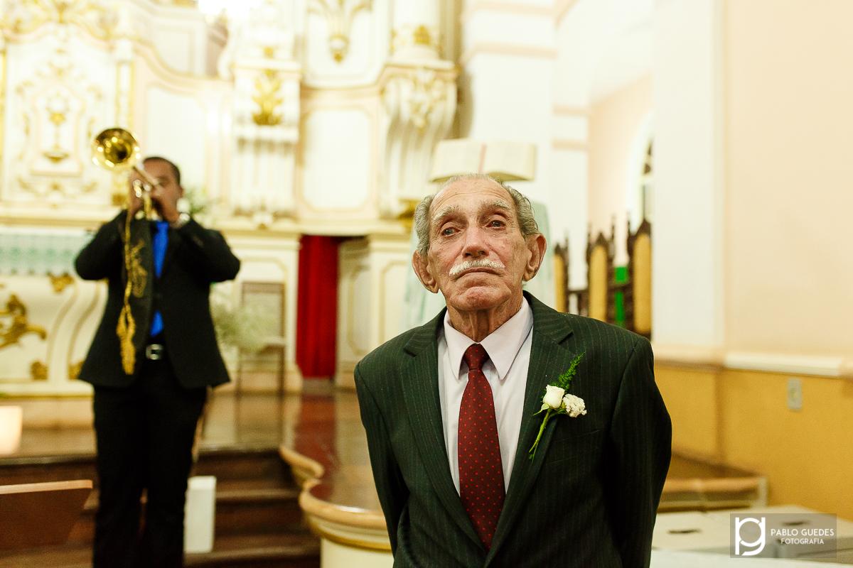 pai do noivo se emociona com as musicas do casamento