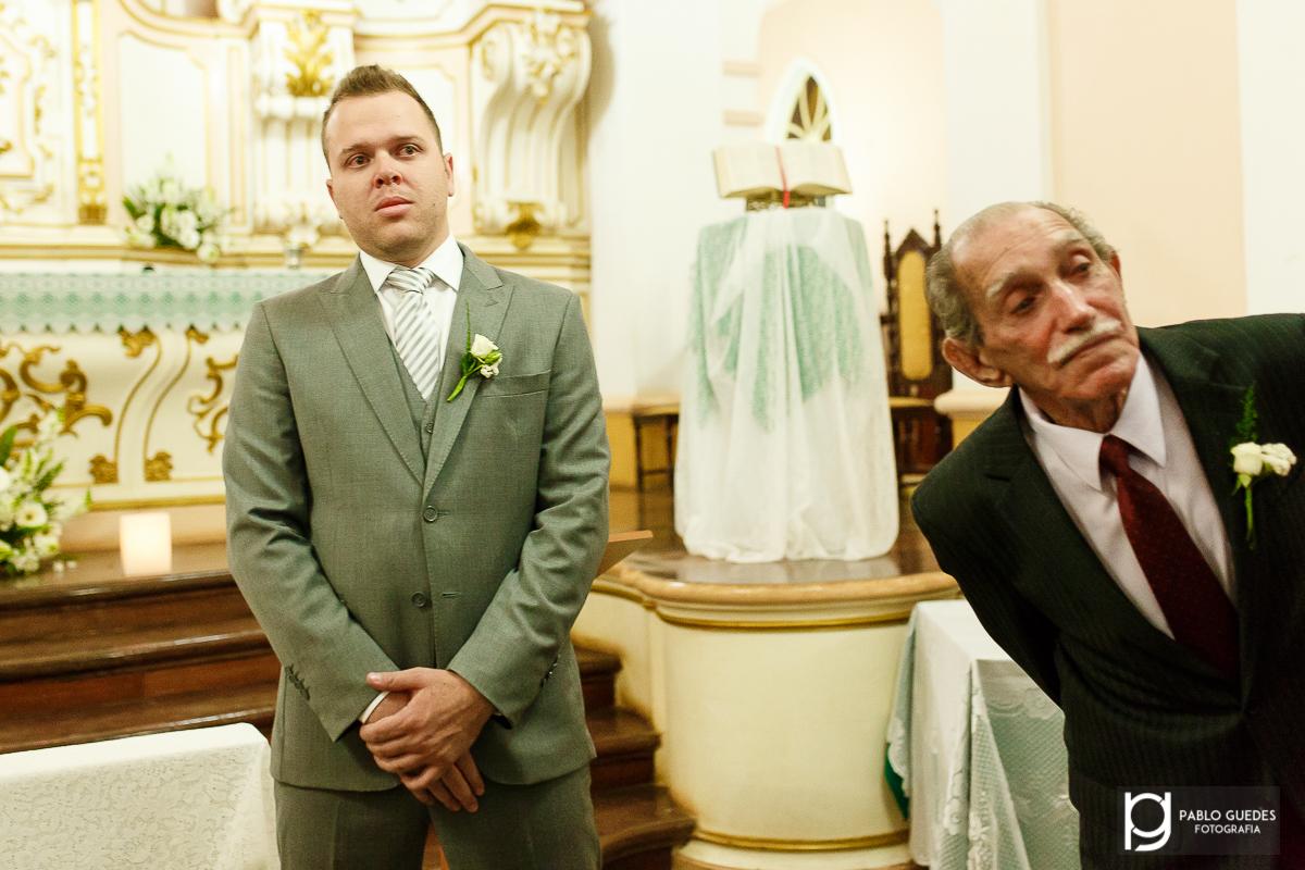 curioso pai do noivo observa a entrada da noiva