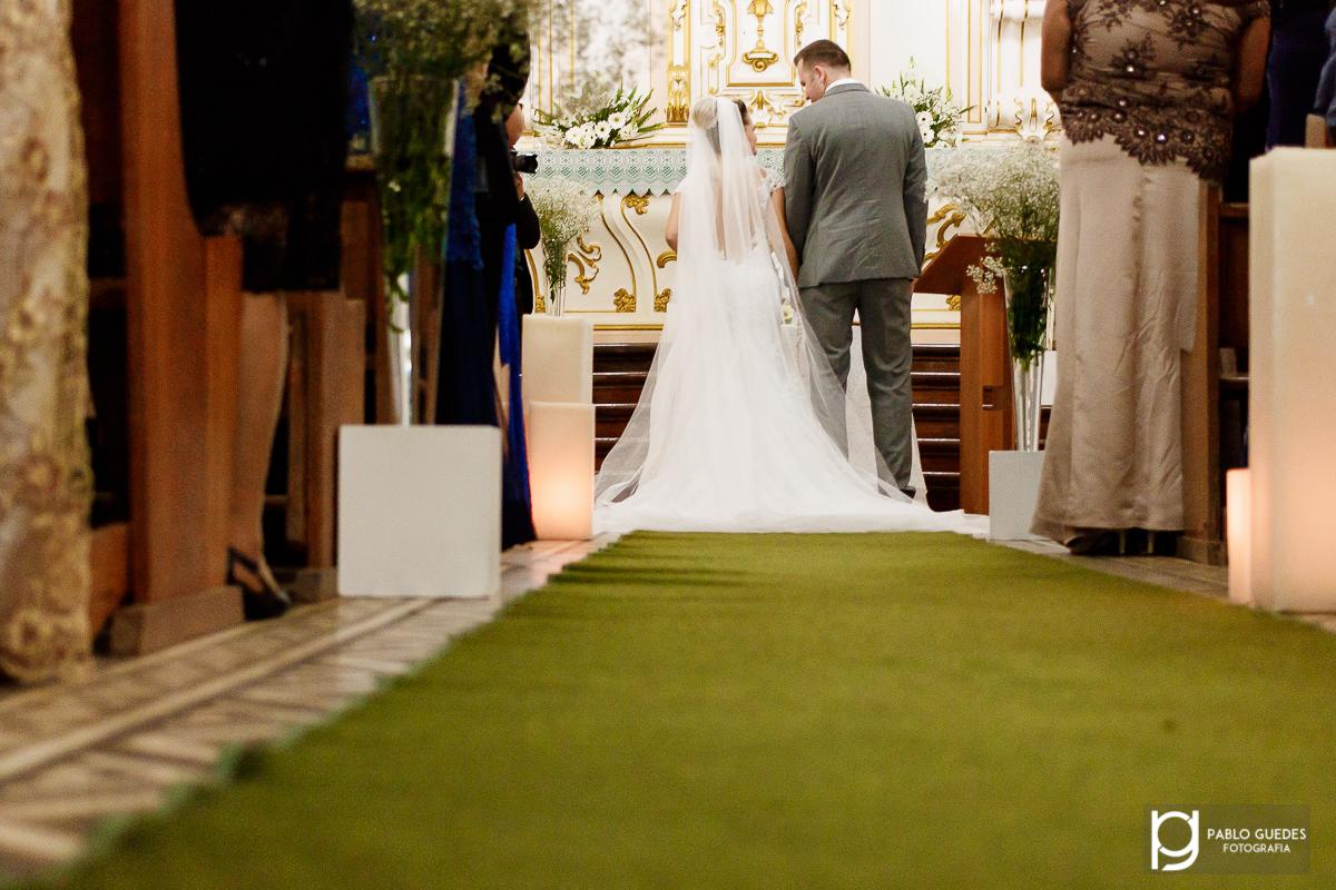 noivos no altar se olhando e sendo fotografados de costas fotografo pablo guedes