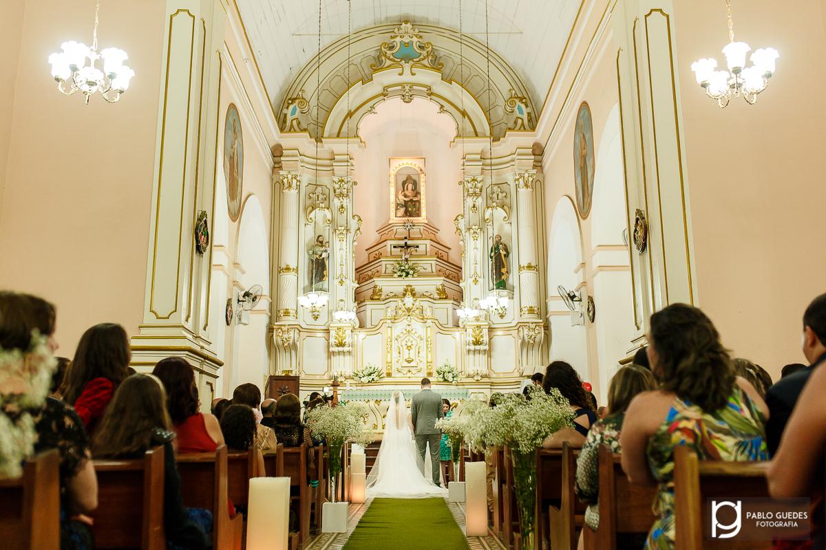 foto panoramica da igreja noivos de costas ao fundo