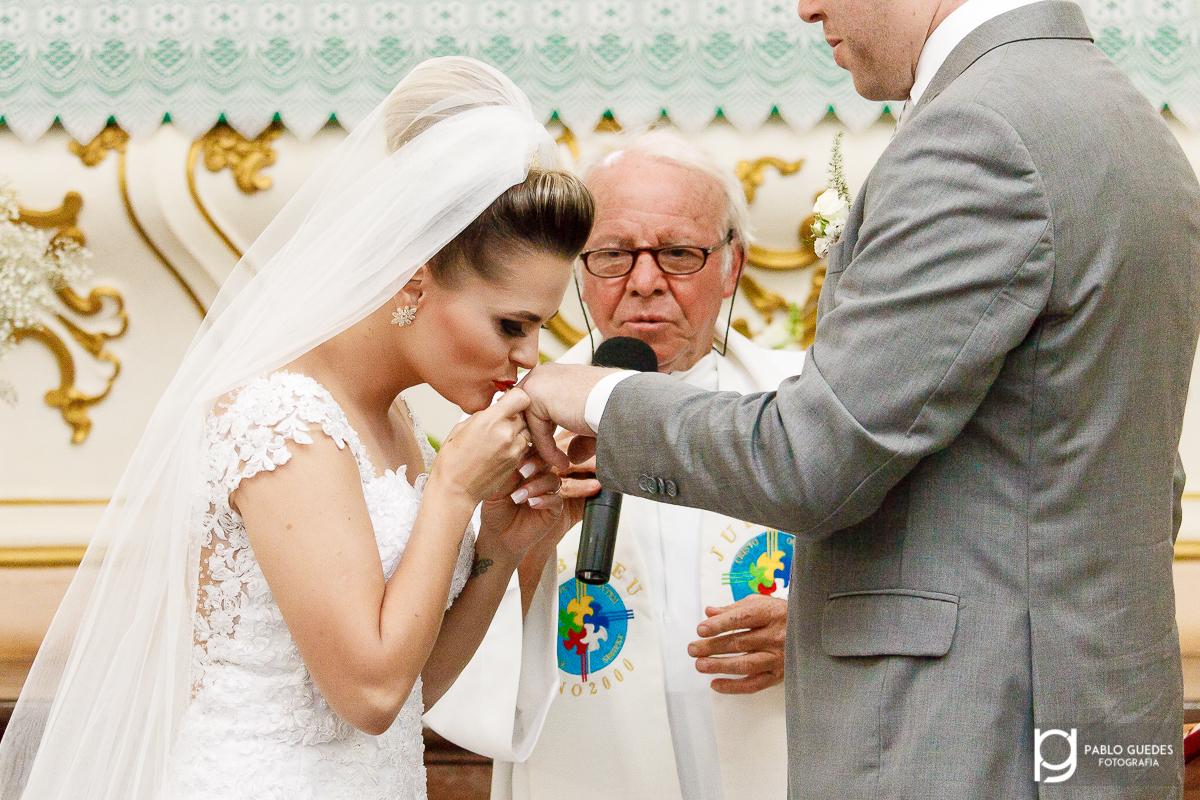 noiva beijando a alianca na mao do noivo