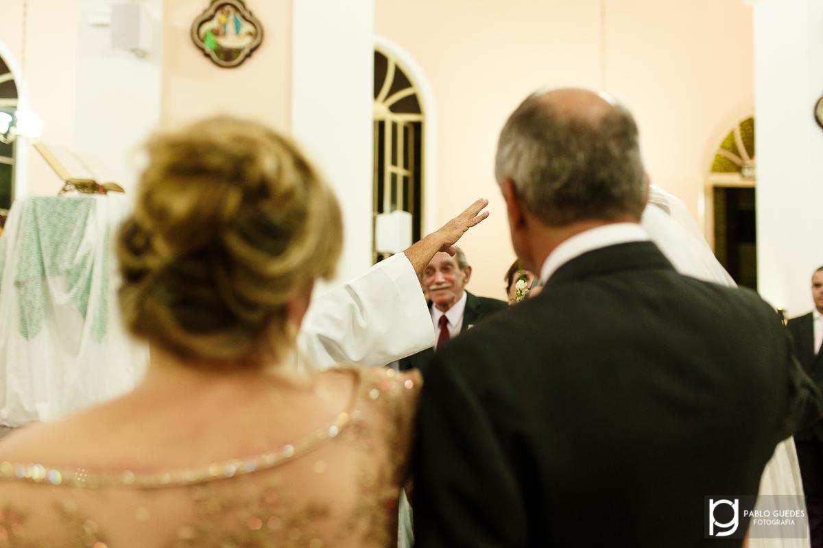 foto da mao do padre abençoando os noivos