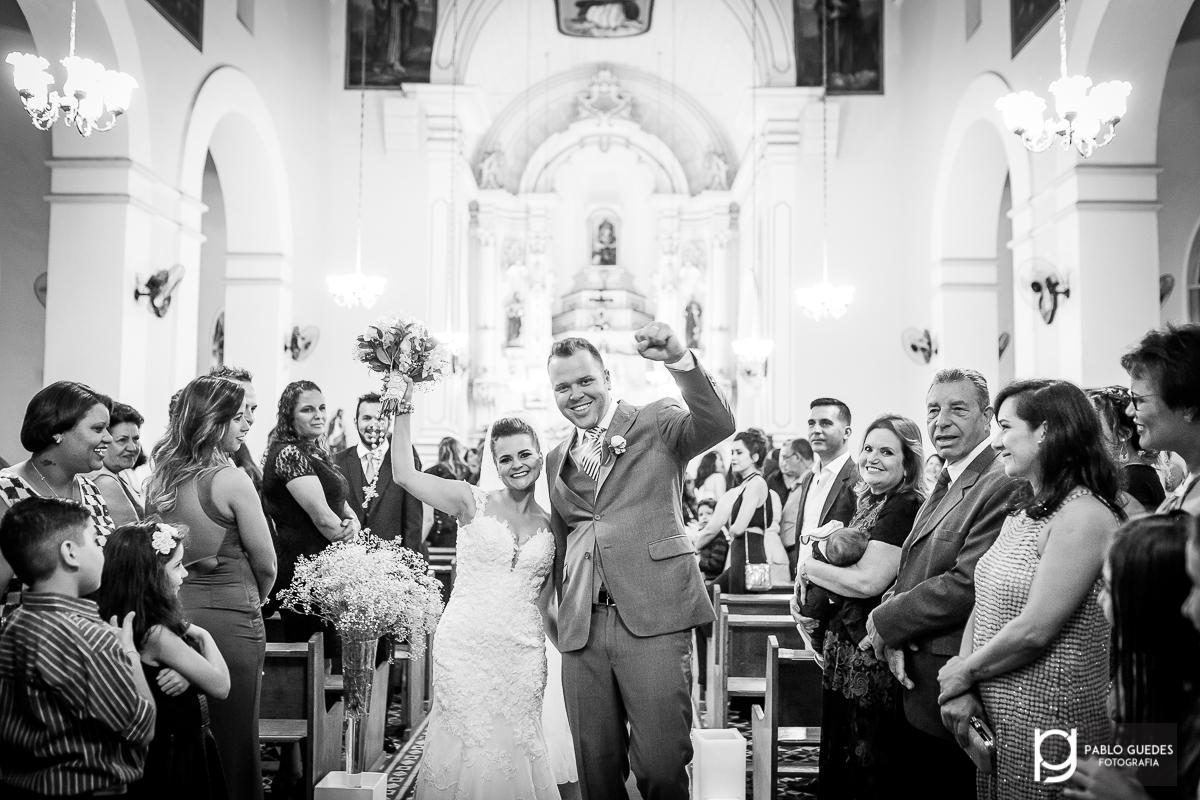 comemoraçao dos noivos na saida da igreja