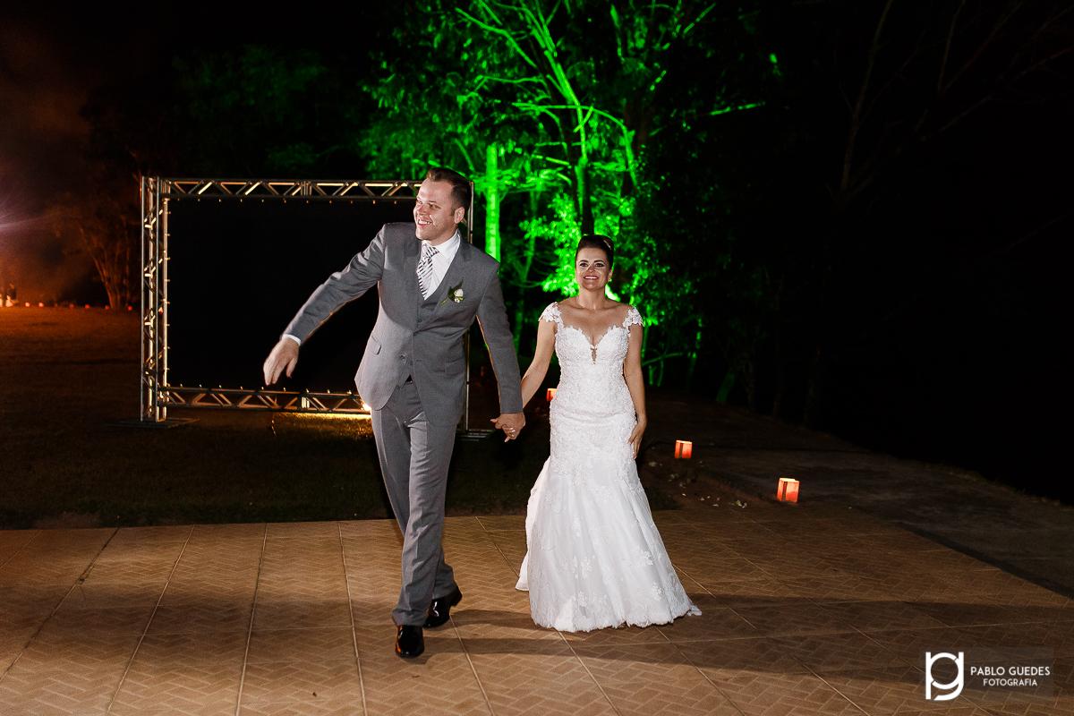 noivos entrando na festa de seu casamento descontraidos