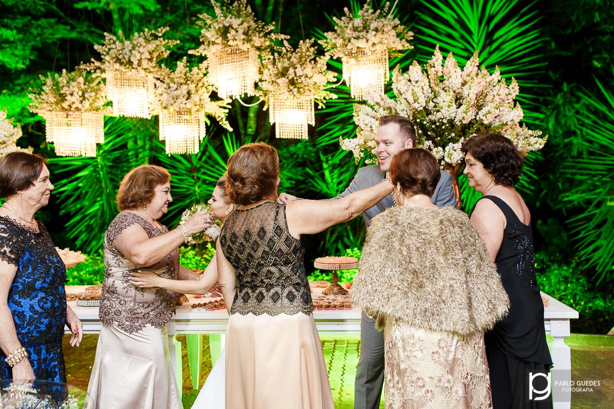 noivos sendo abraçado por parentes abraços simetricos