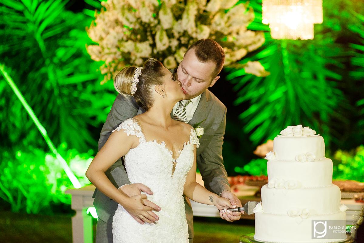 noivos se beijando ao cortar o bolo