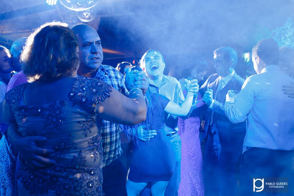 alegria ao dançar dos convidados dançando na festa de casamento