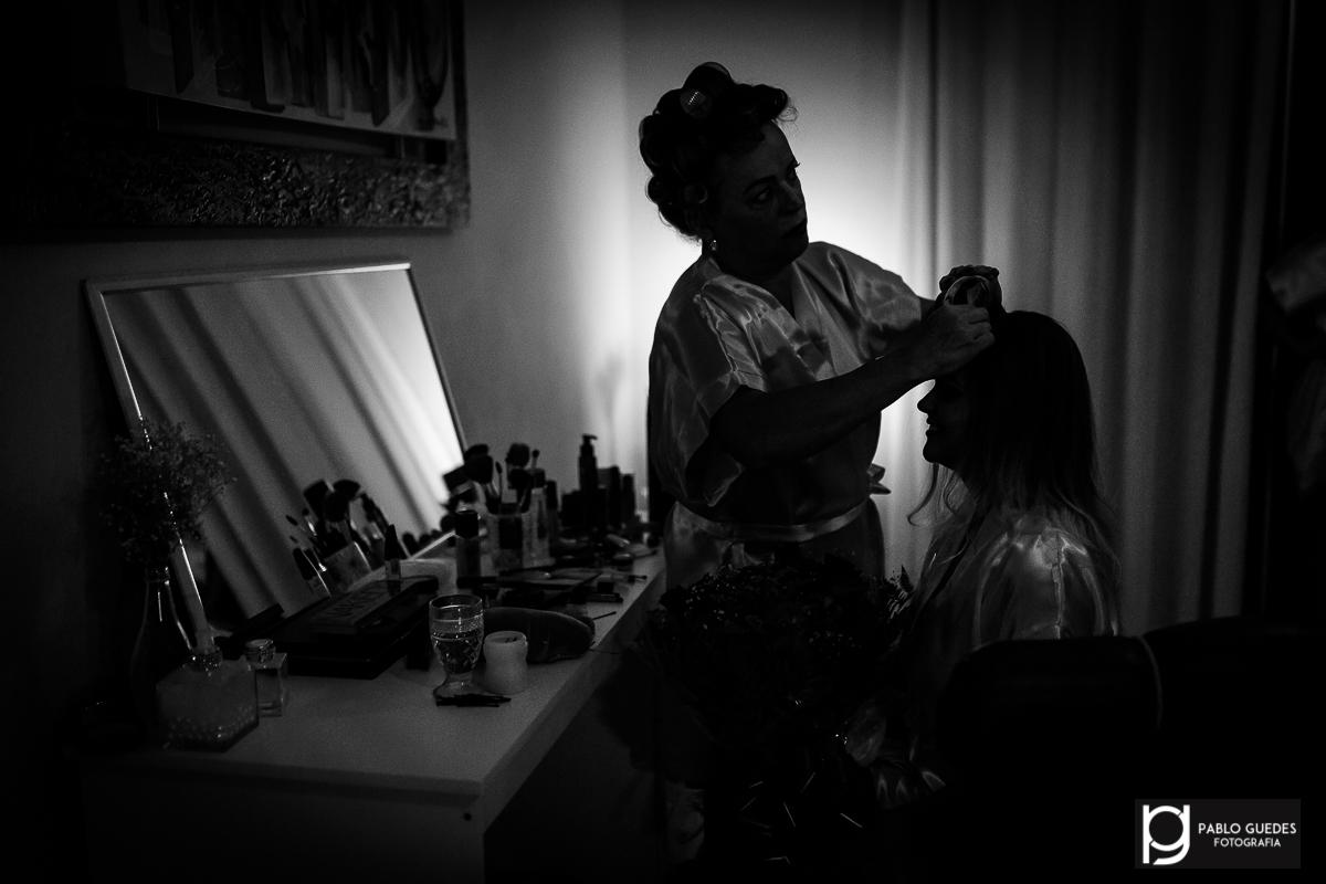 noiva sendo arrumada em seu makingof foto da silhueta luz ao fundo
