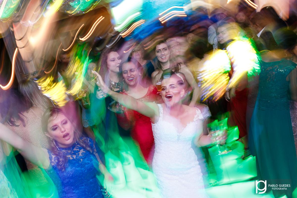 foto com efeito noiva comemorando no centro com as amigas