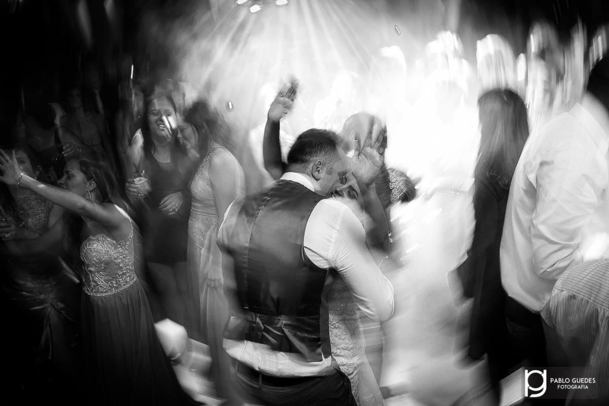 foto artistica com efeito dos noivos no meio palco