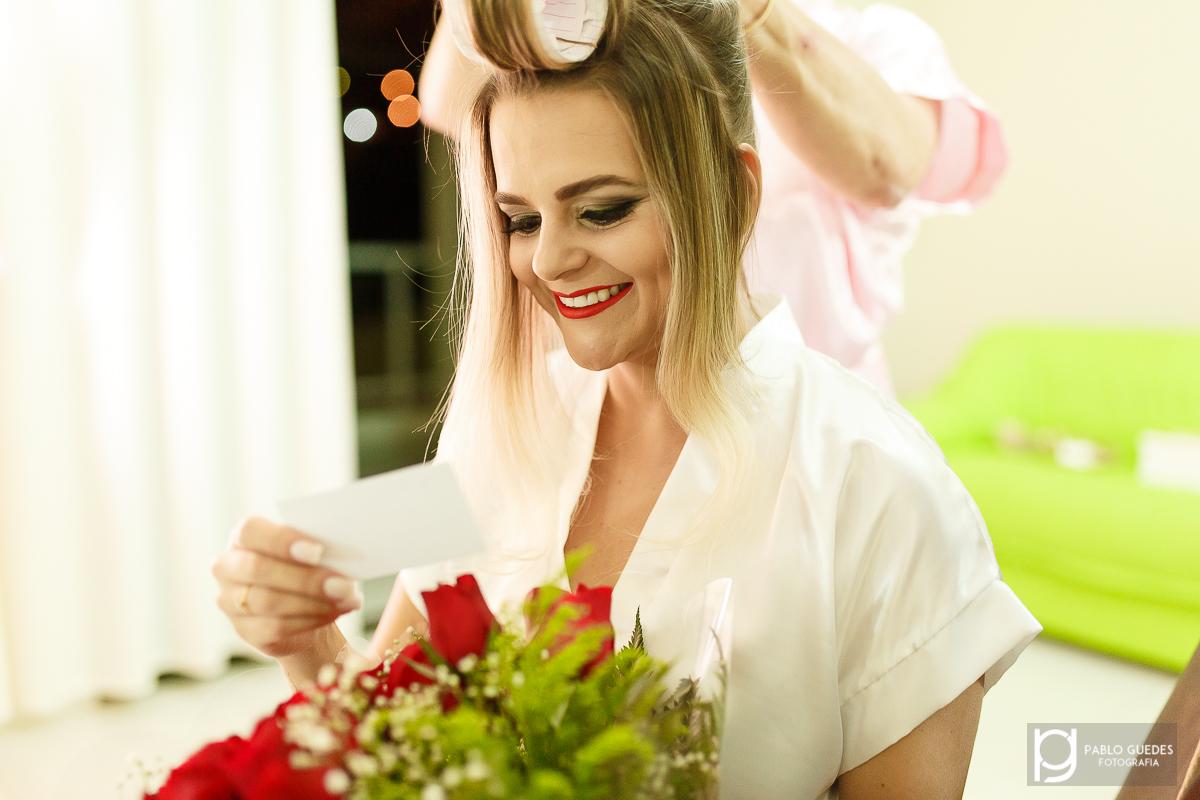 noiva recebe flores no makingof antes do casamento