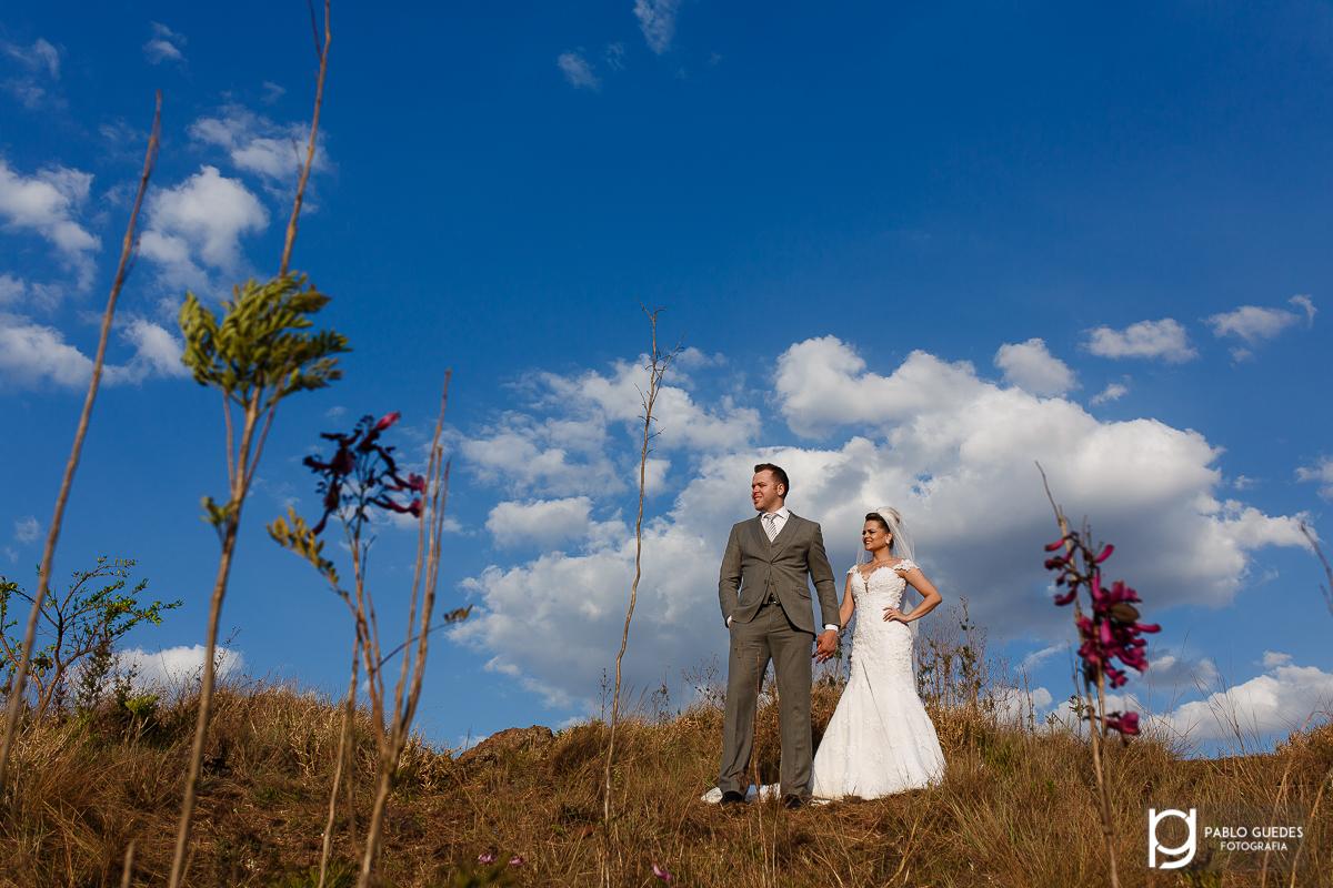 casal olhando para o horizonte