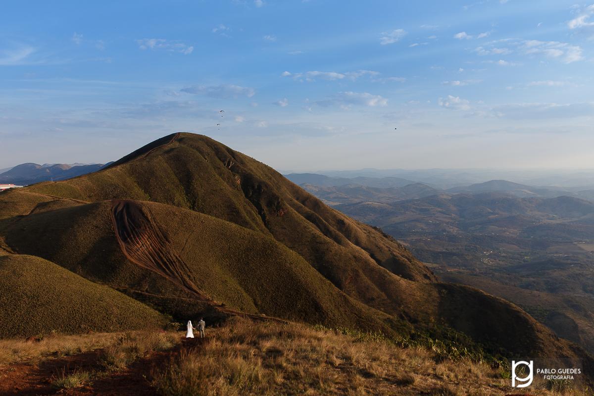 linda fotografia das montanhas da serra da moeda com o casal trilhando o caminho ate a montanha