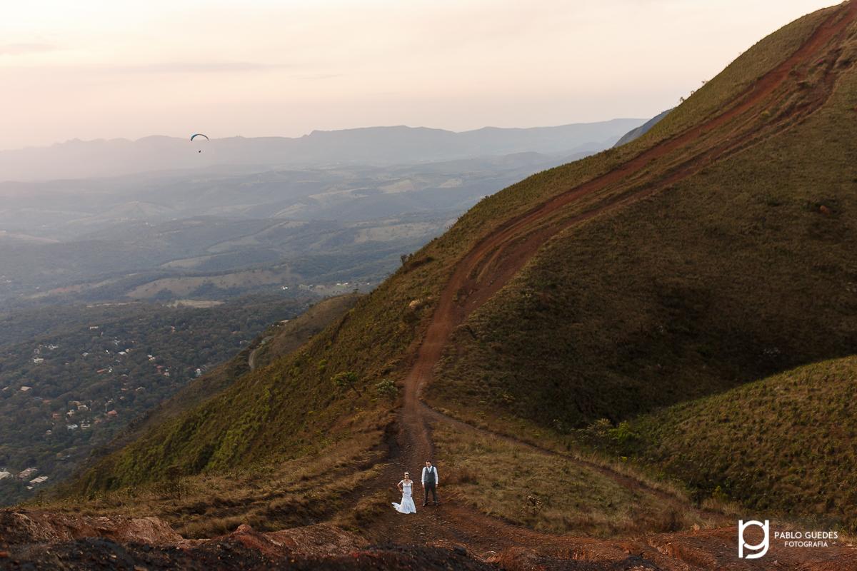 no caminho das montanhas casal no meio da trilha