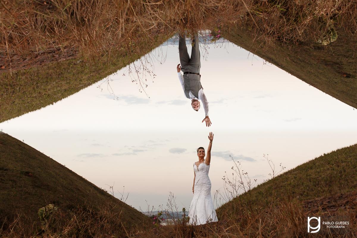 noivos tentando se tocar com maos opostar foto dupla esposição noivo de cabeça pra baixo
