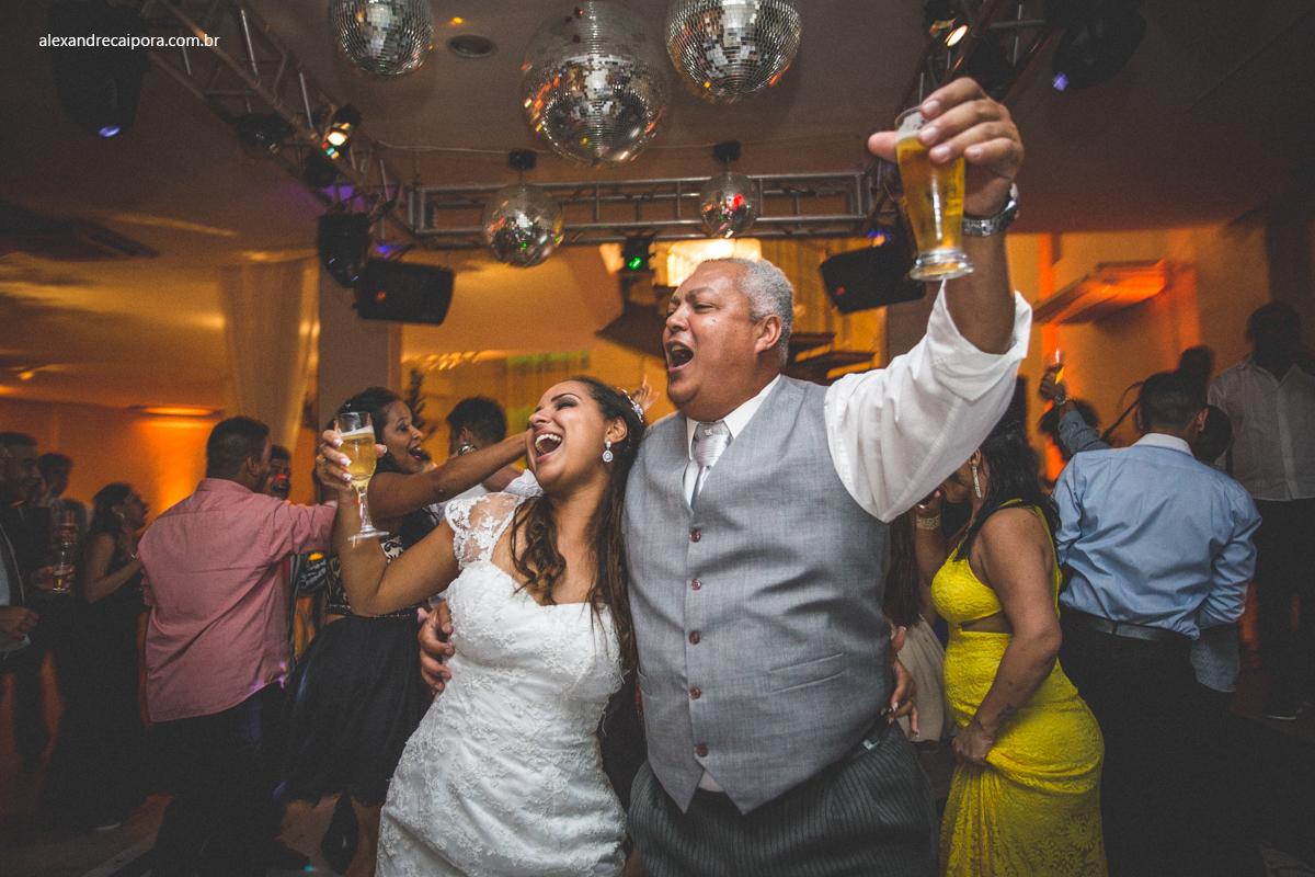 pai da noiva na pista de dança