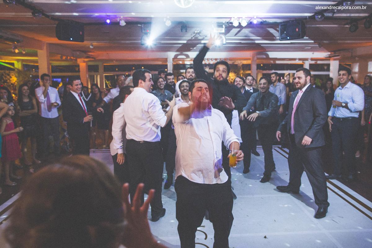 noivo jogando garrafa de Whisky