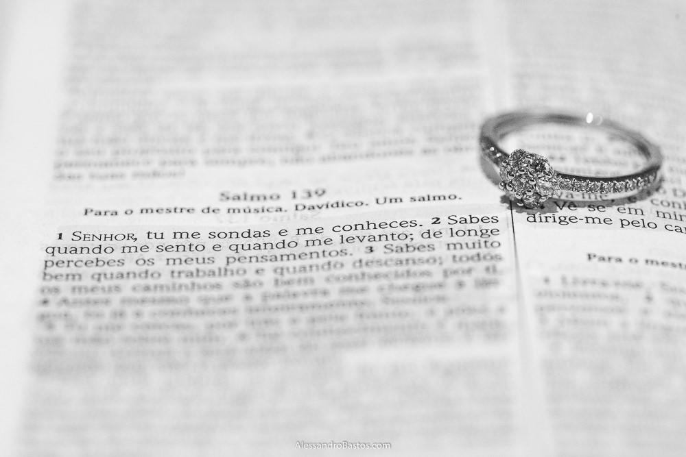 sobre a bíblia estava a aliança de noivado do casamento em belo horizonte bh foto da noiva evangélica
