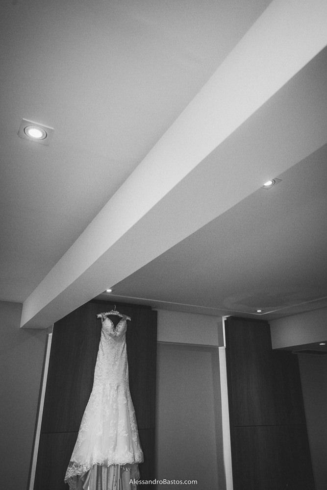 vestido da noiva do casamento em belo horizonte bh foto pendurado na parede de um dos quartos do hotel mercure
