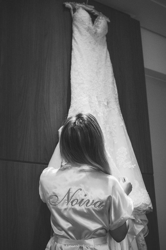 roupão da noiva estava bordado noiva e ela está vendo o vestido do casamento em belo horizonte bh foto pendurado