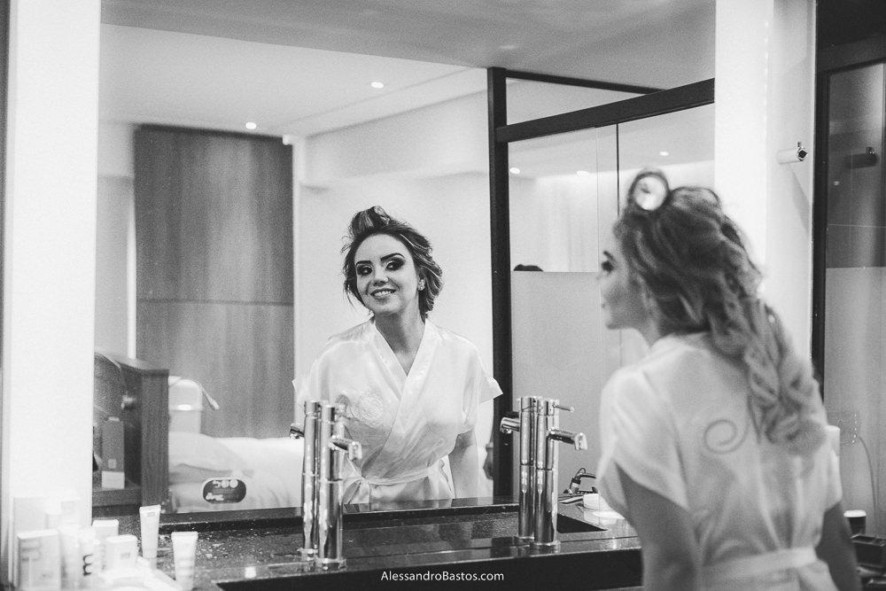 finalizada a maquiagem a noiva do casamento em belo horizonte bh foto e ela se olha no espelho
