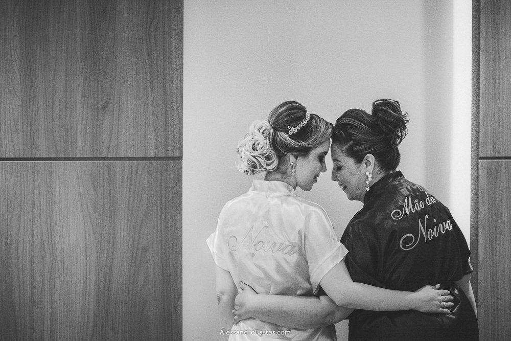 aquele carinho lindo da mãe da noiva do casamento em belo horizonte bh foto e de sua filha com roupões personalizados