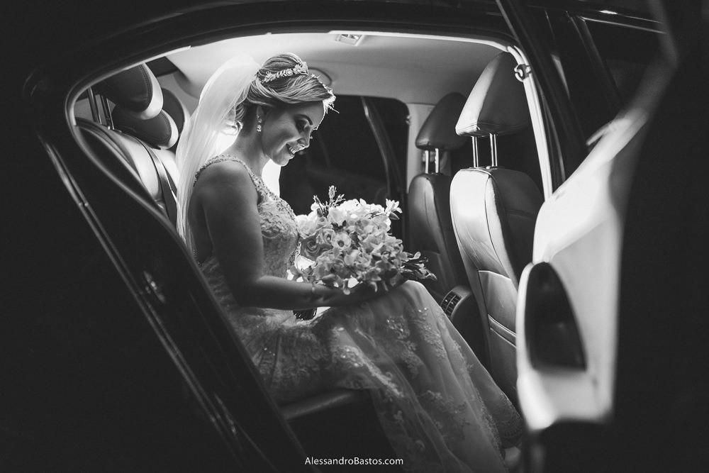 abrindo a porta do carro se vê a noiva do casamento em belo horizonte bh foto sentada no banco de trás