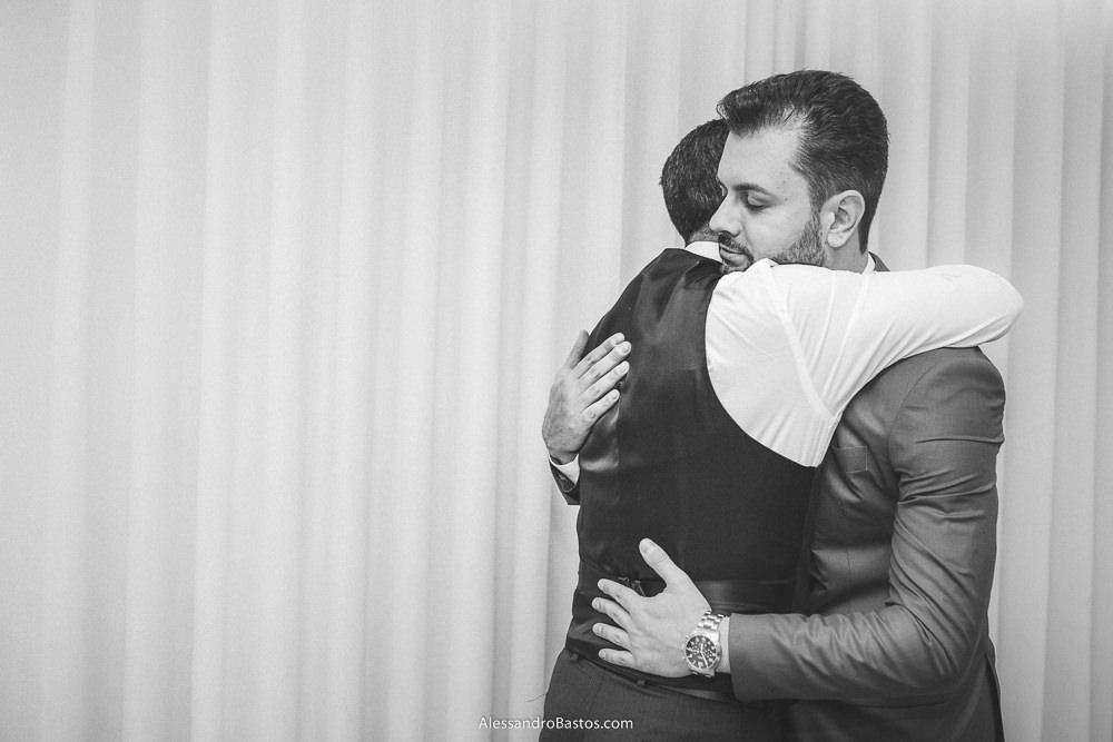 gostoso abraço do pai do noivo no seu filho do casamento em belo horizonte bh foto após se vestirem e sair da casa onde moram