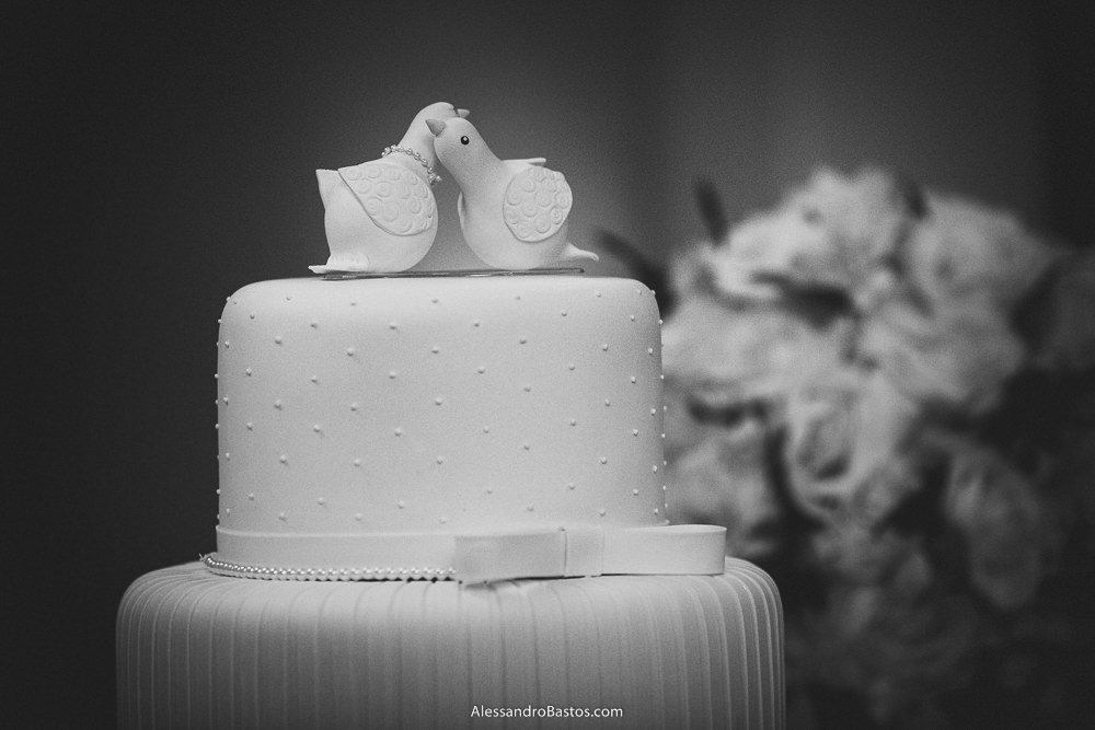 pássaros no topo do bolo do casamento em belo horizonte bh foto são exibidos nesta foto com flores no lado direito