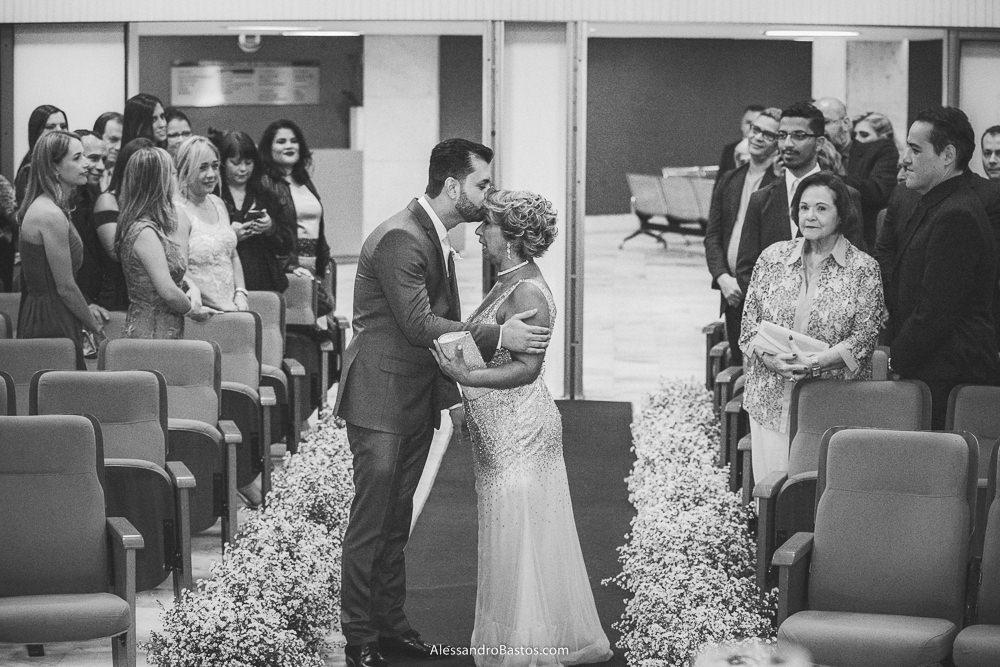 parou no corredor o noivo do casamento em belo horizonte bh foto para beijar a sua mãe na testa