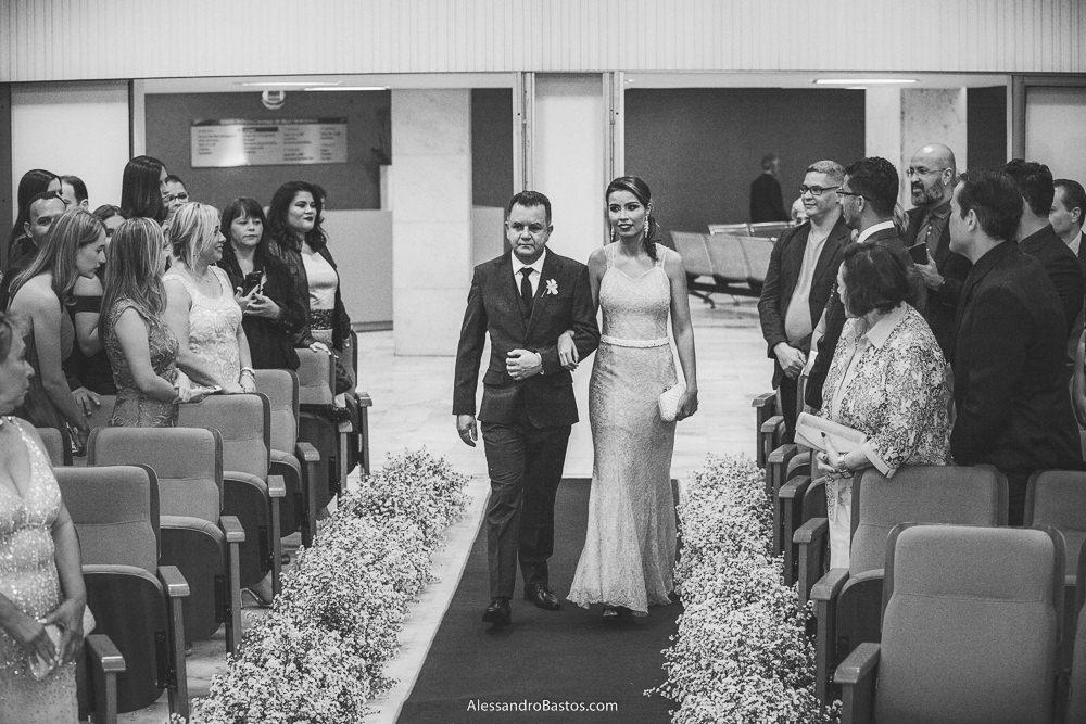irmã do noivo do casamento em belo horizonte bh foto e seu pai entram na cerimônia do filho