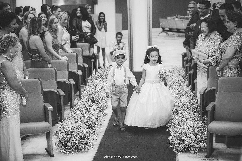 pajem e daminha do casamento em belo horizonte bh foto entram no corredor e ele com uma boina