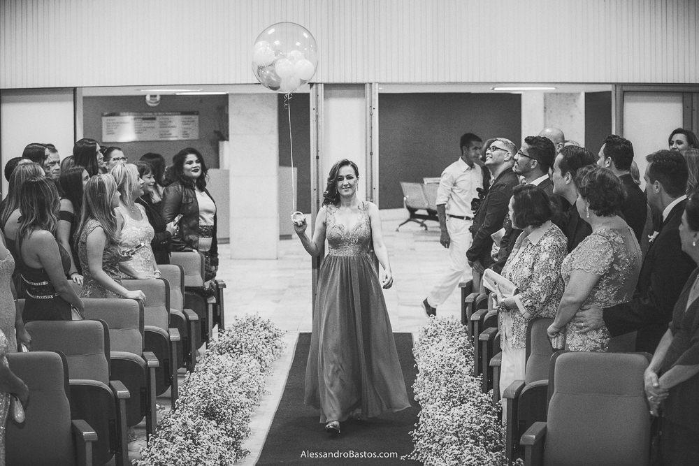dama de honra do casamento em belo horizonte bh foto entra segurando um grande balão