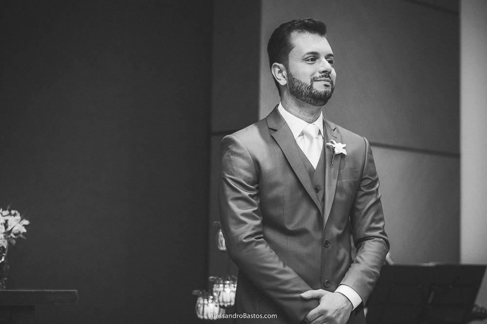 vendo a noiva entrar e sorrindo no casamento em belo horizonte bh foto está o noivo no altar mais alto