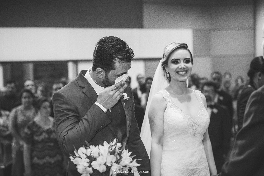 enxugando os olhos o noivo do casamento em belo horizonte bh foto está enquanto a noiva fica alegre