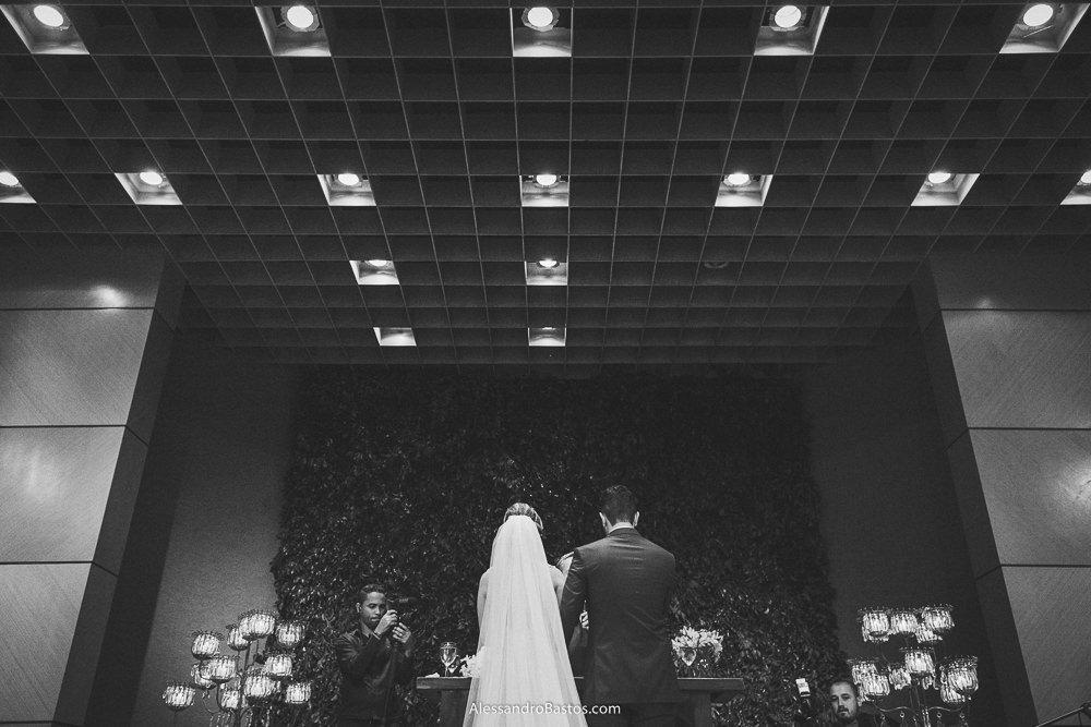 de costas estão os noivos do casamento em belo horizonte bh foto onde se vê a decoração de velas