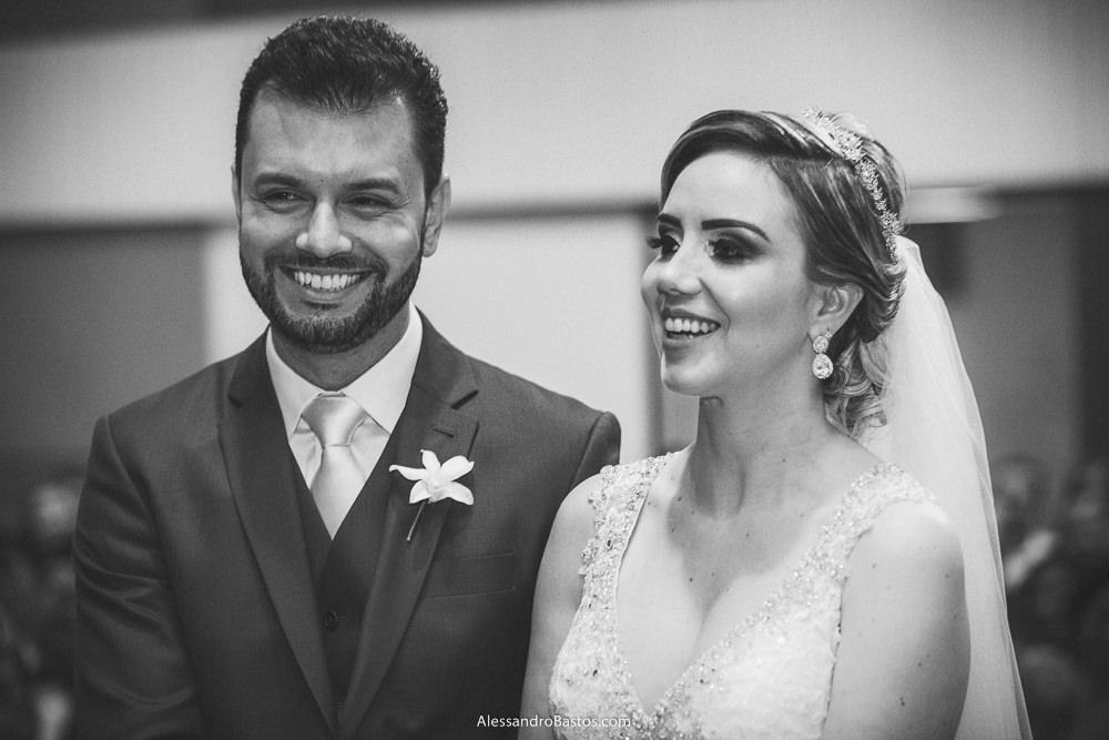 noivos do casamento em belo horizonte bh foto estão sorrindo no altar da igreja e bem maravilhados