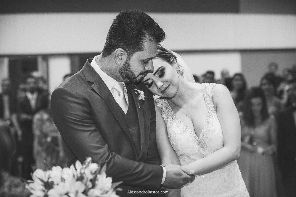 ombro no olhos estão os noivos do casamento em belo horizonte bh foto enquanto ouvem o coral cantar
