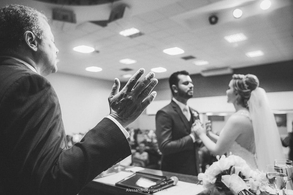pastor do casamento em belo horizonte bh foto dá ao casal a sua benção