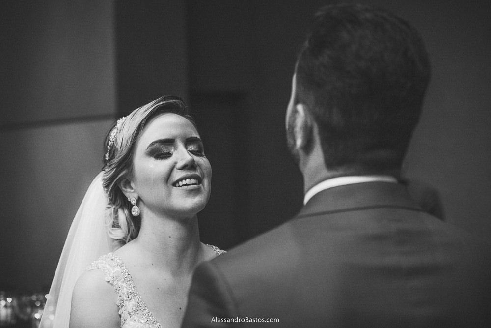 olhos mareados da noiva do casamento em belo horizonte bh foto como noivo a seu lado