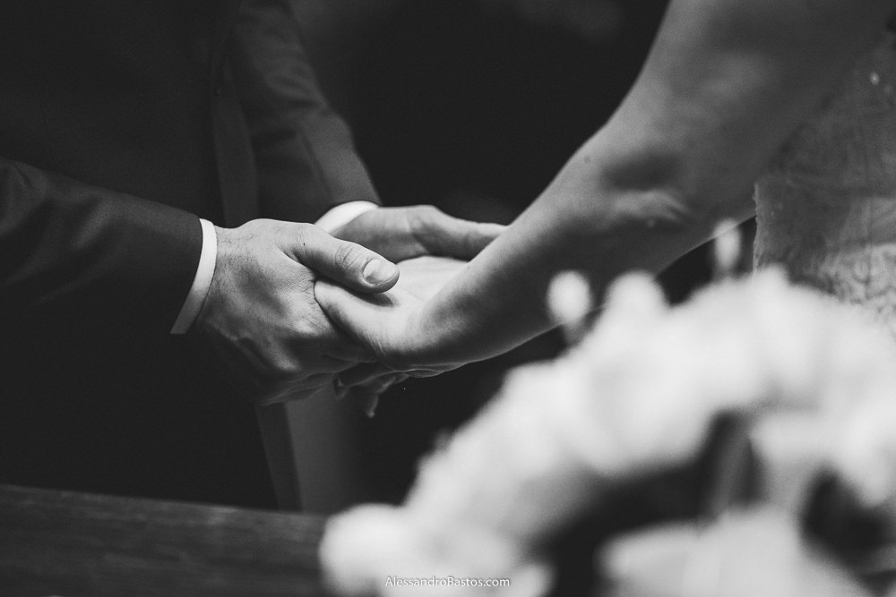 dadas as mãos estão dos noivos do casamento em belo horizonte bh foto com o buquê em primeiro plano