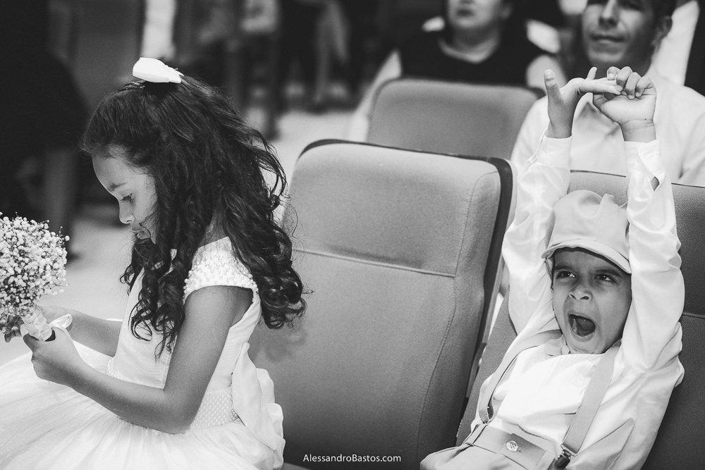 aberta está a boda co pajem do casamento em belo horizonte bh foto enquanto observa o buquê a daminha