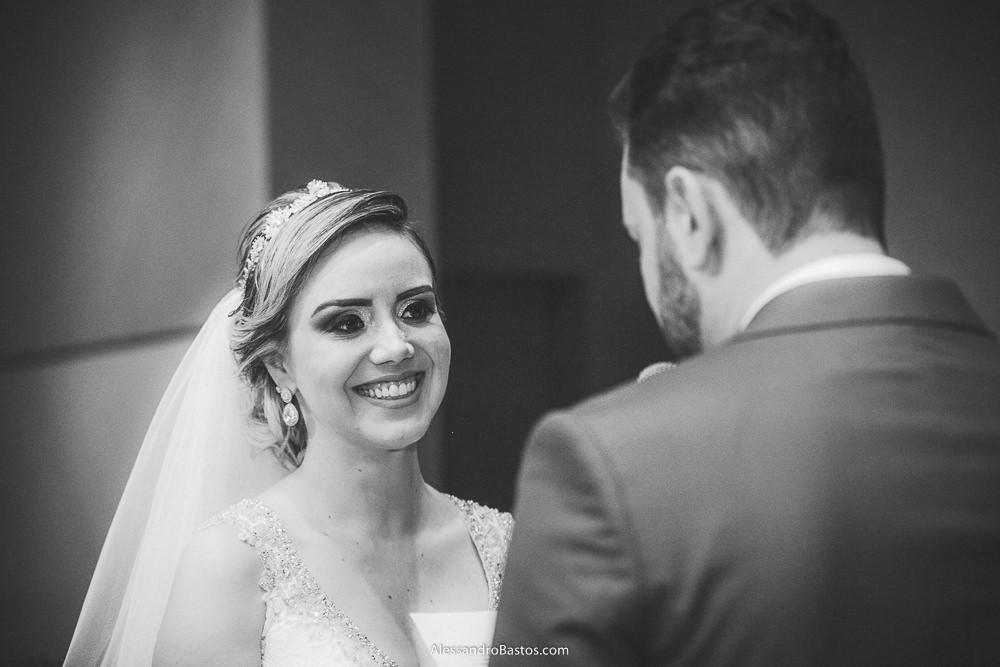 troca de olhares e sorridos dos noivos do casamento em belo horizonte bh foto enquanto ele lê os votos seus